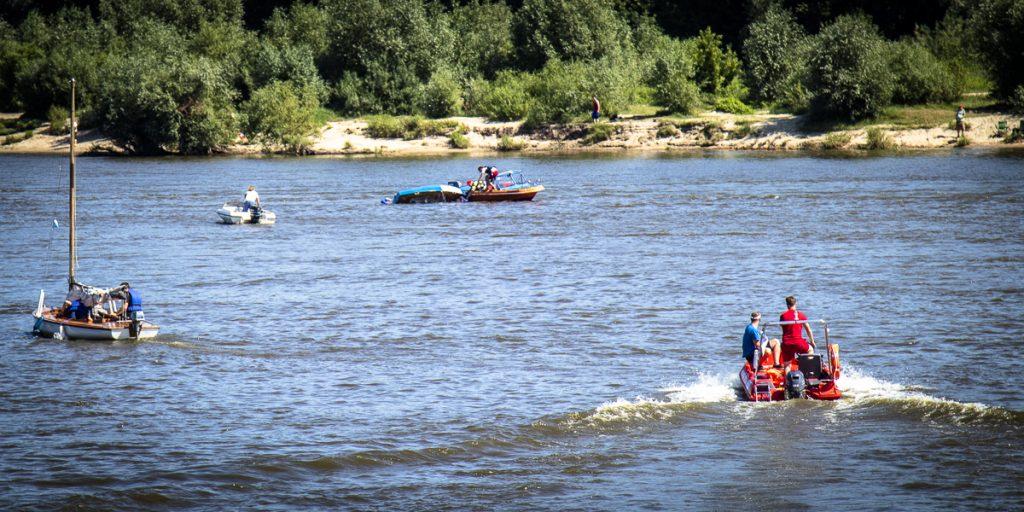Motołódki oprócz rekreacji służą również wsparciem do obsługi imprez, regat, wydarzeń na wodzie transportując osoby oraz sprzęt.