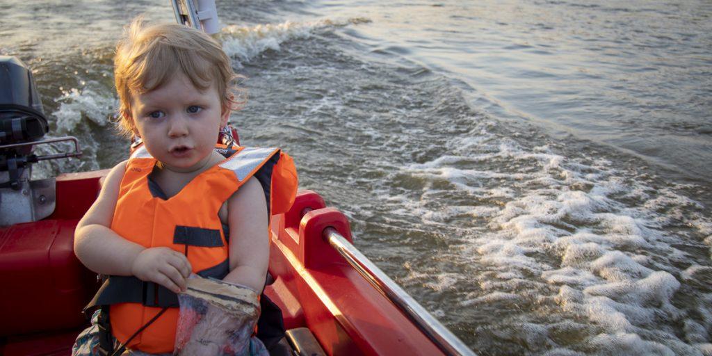 Dzieci uwielbiają pływanie motorówkami