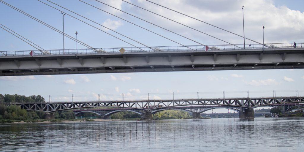 Bezpieczne przejście pod mostem oznaczone jest przez jeden lub dwa żółte romby. Dodatkowo biało czerwone romby oznaczają granice szlaku wodnego.