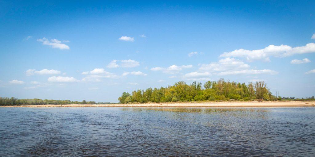 Piaszczyste plaże wiślane na południe od Warszawy.