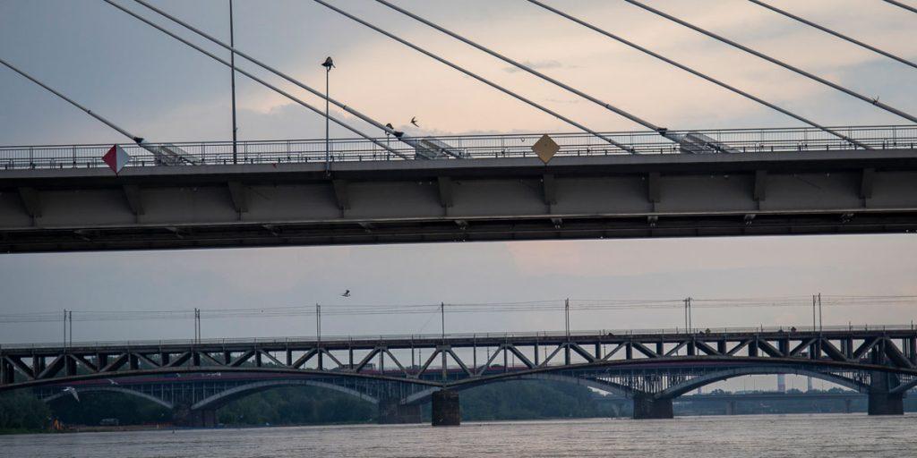 Widok na cztery warszawskie mosty z poziomu Wisły