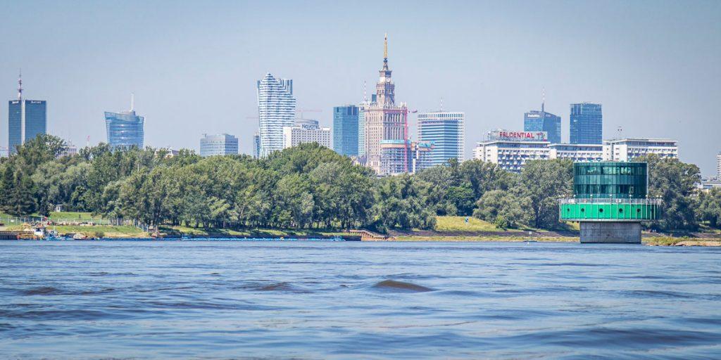 Widok na centrum Warszawy z Wisły pomiędzy Mostami Łazienkowskim i Siekierkowskim