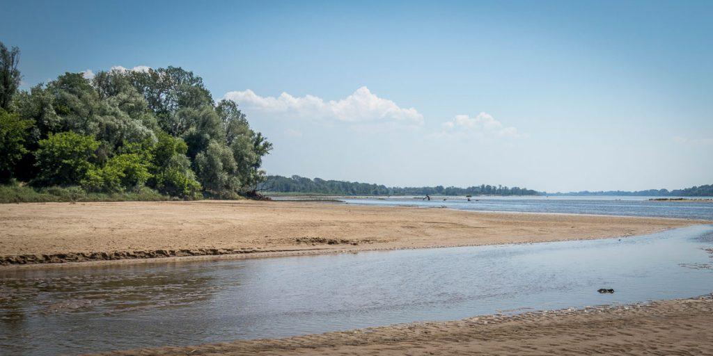 Jedna z piaszczystych wiślanych plaż za Mostem Południowym