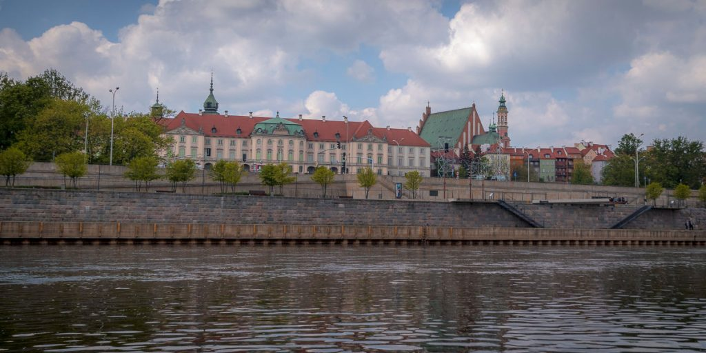 Widok na Zamek Królewski i Stare Miasto z poziomu Wisły